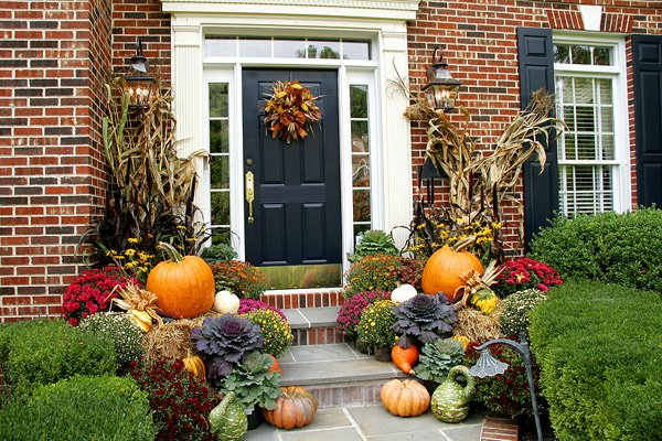 fall-landscape-decor-with-pumpkins-and-corn-stalks